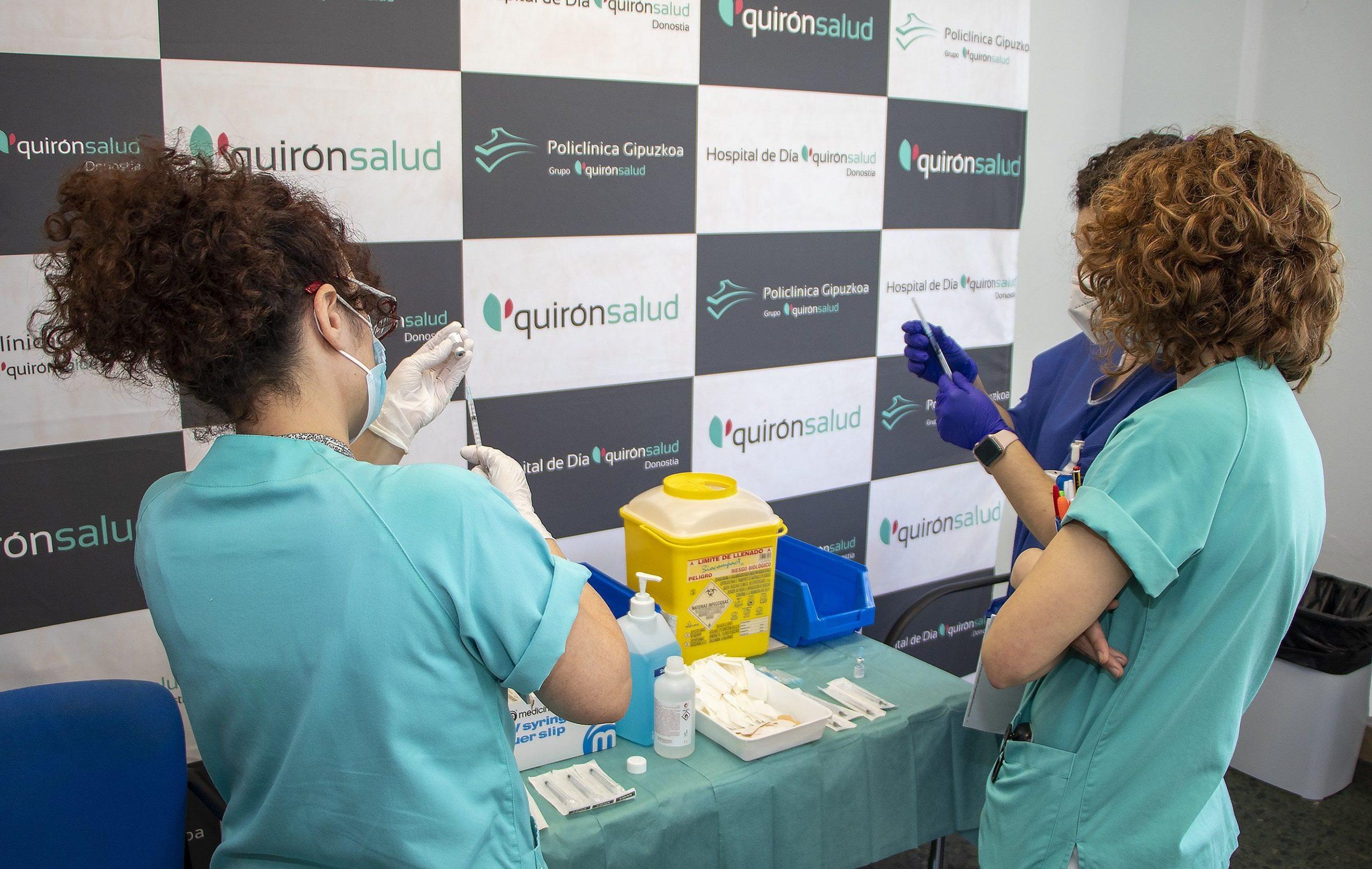 Primera dosis de la vacuna de Pfizer a 150 profesionales en Policlínica Gipuzkoa