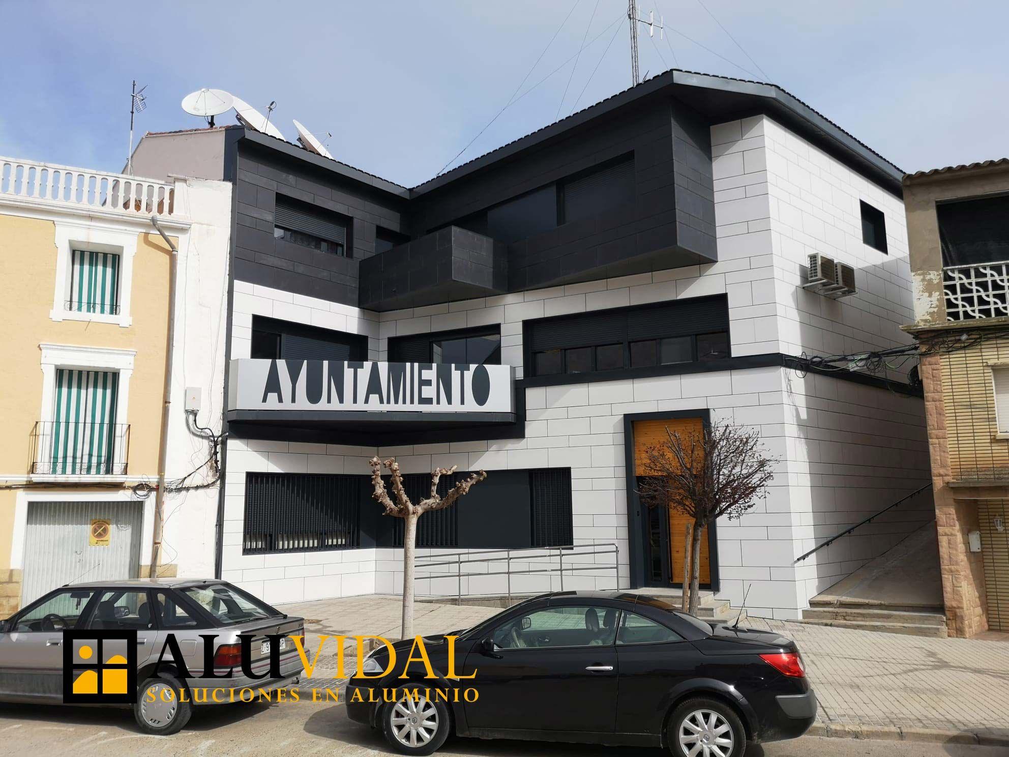 Aluvidal ha formado parte de la reforma de la fachada del Ayuntamiento de Sástago