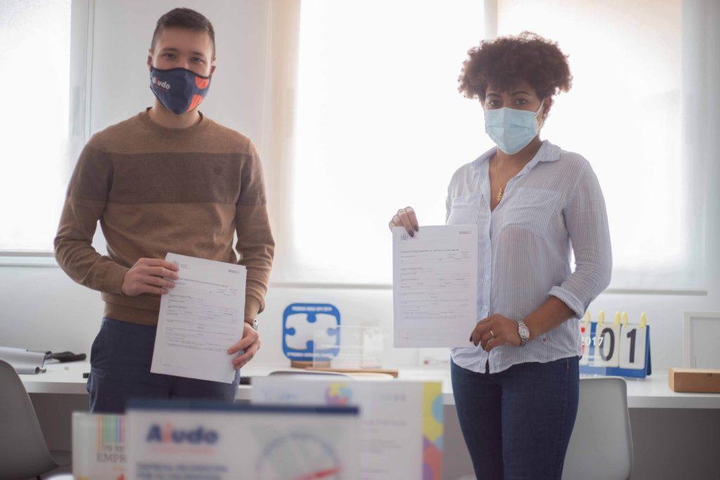 Foto de El CEO de Aiudo y una cuidadora, en la firma de su nuevo