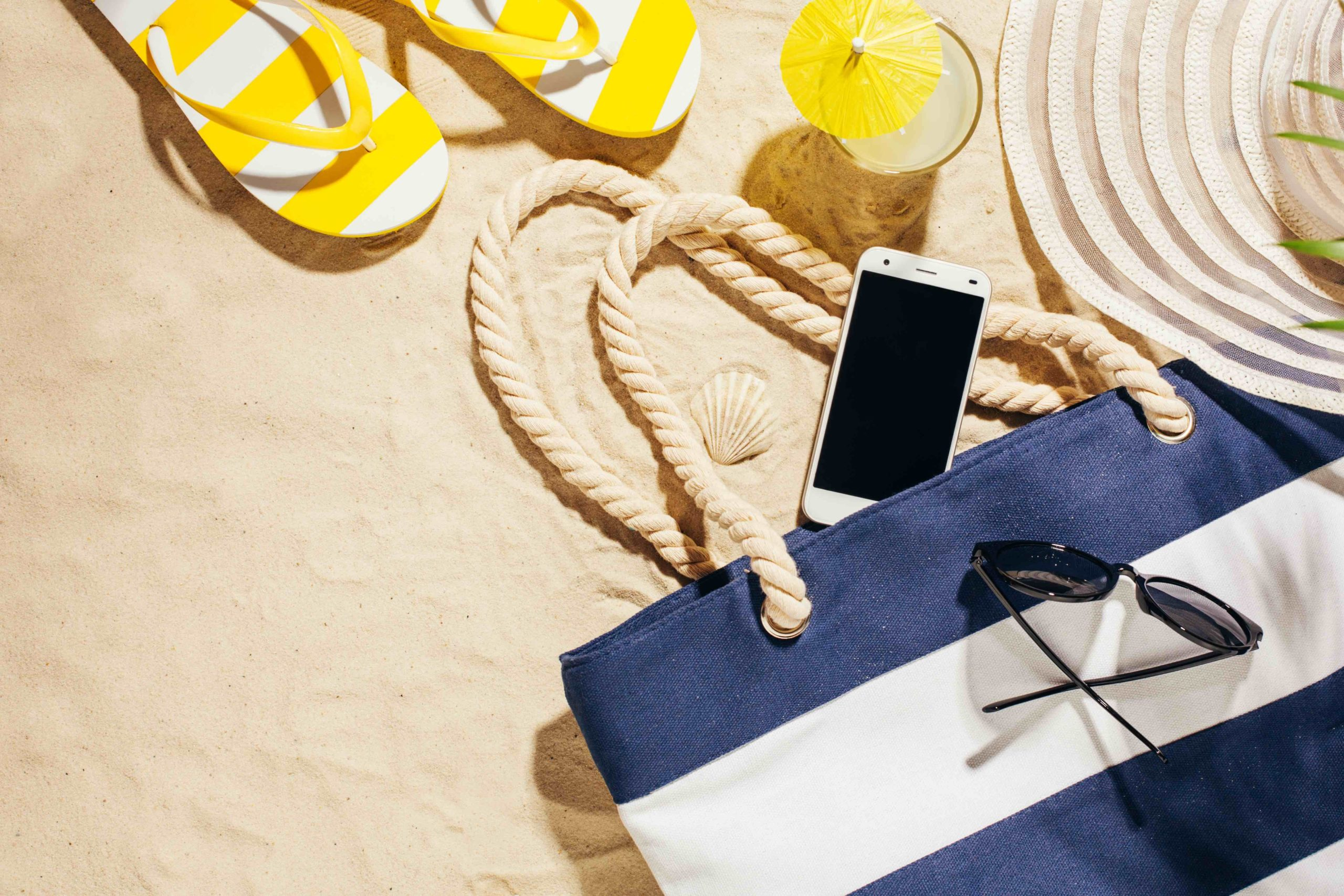 Calor, sol y arena, los enemigos del móvil en verano