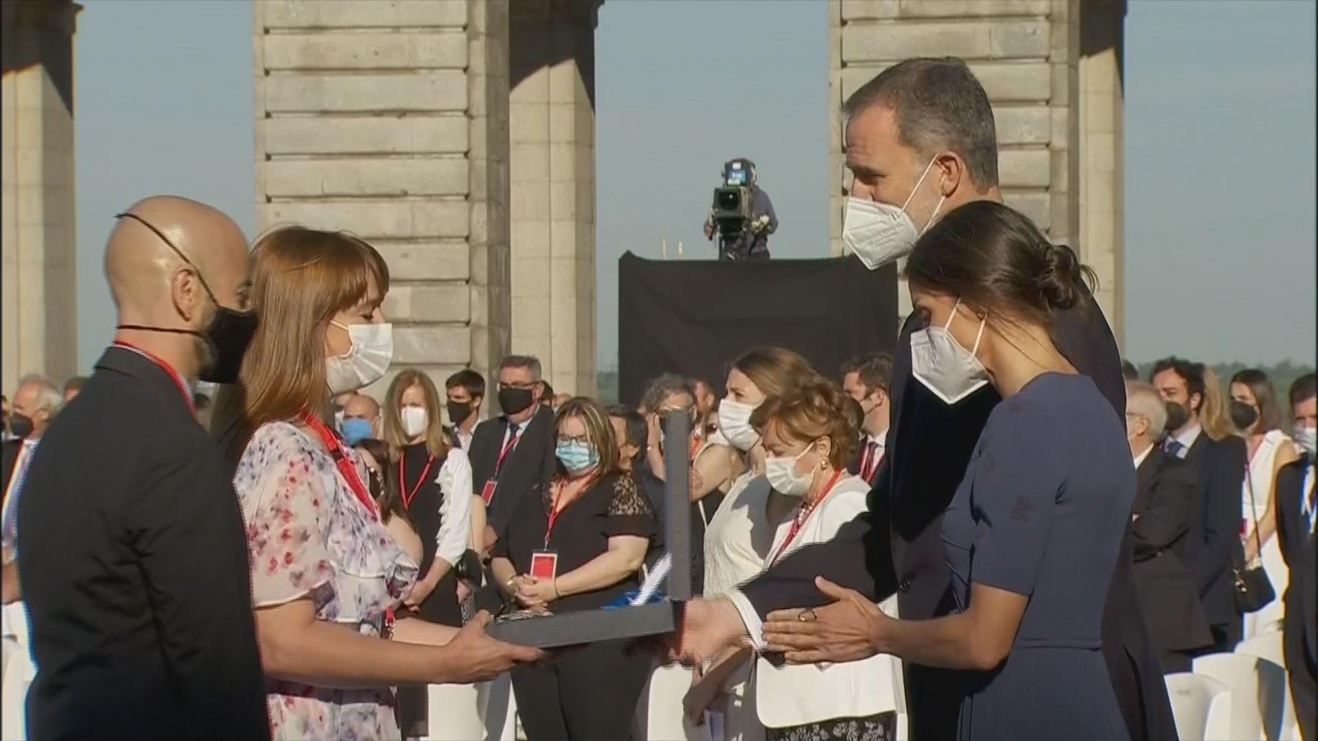 Verónica Algaba recoge de manos del Rey la Gran Cruz del Mérito Civil otorgada a su padre, Jesús Algaba