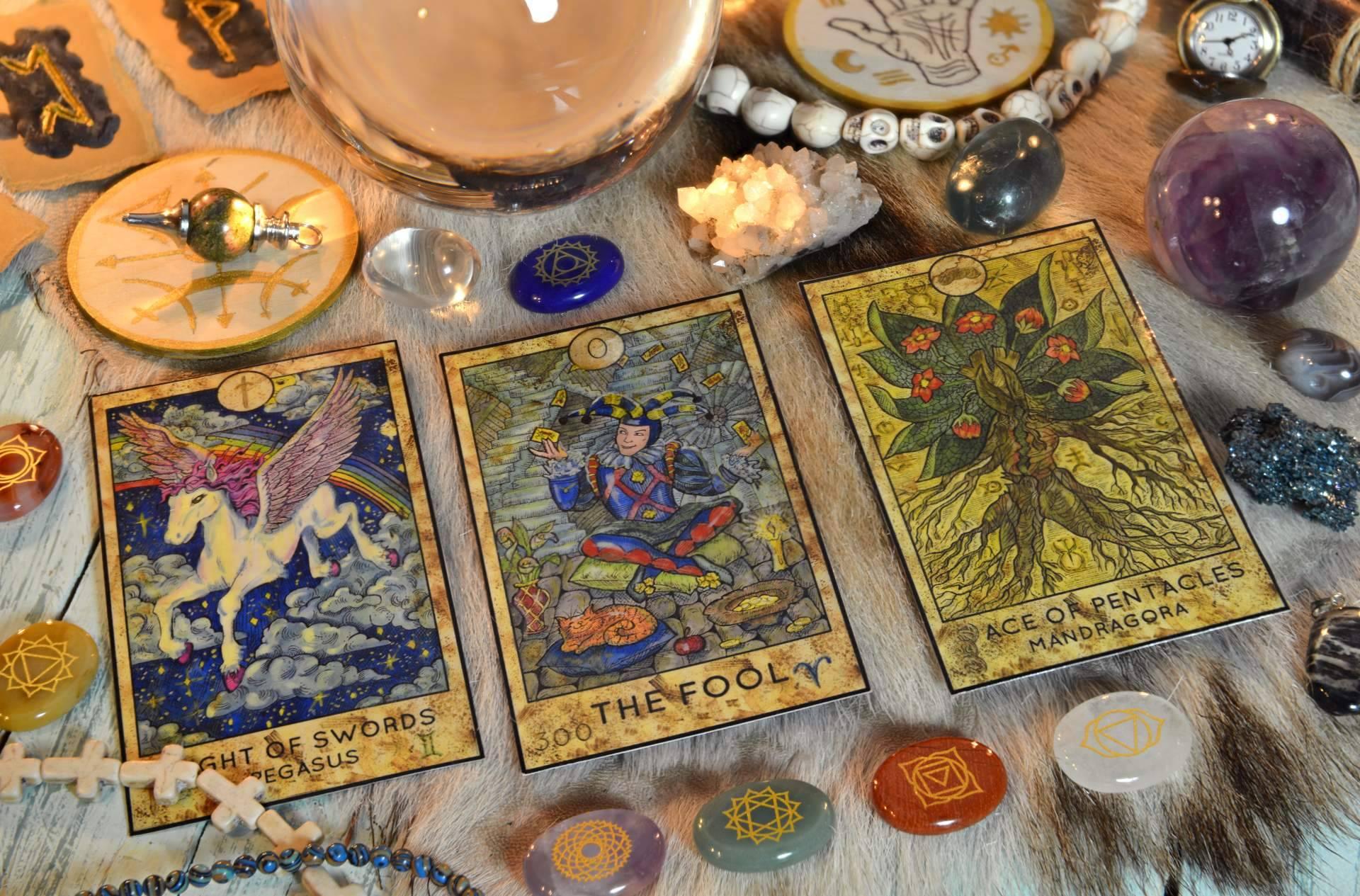 Universo del Tarot dispone de múltiples videntes verdaderas, buenas y económicas que atienden las 24 horas del día