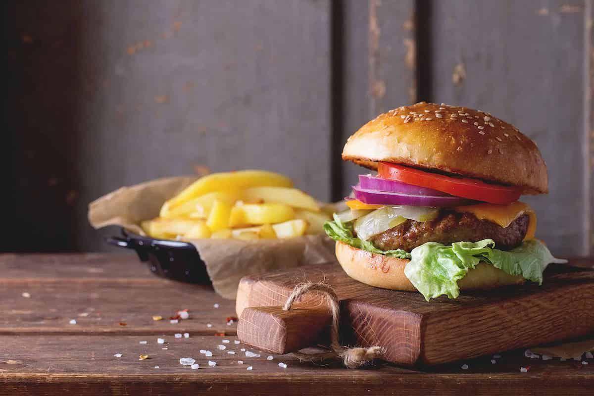 RealVegy se ofrece a donar 10.000 hamburguesas veganas para ayudar a las personas sin hogar