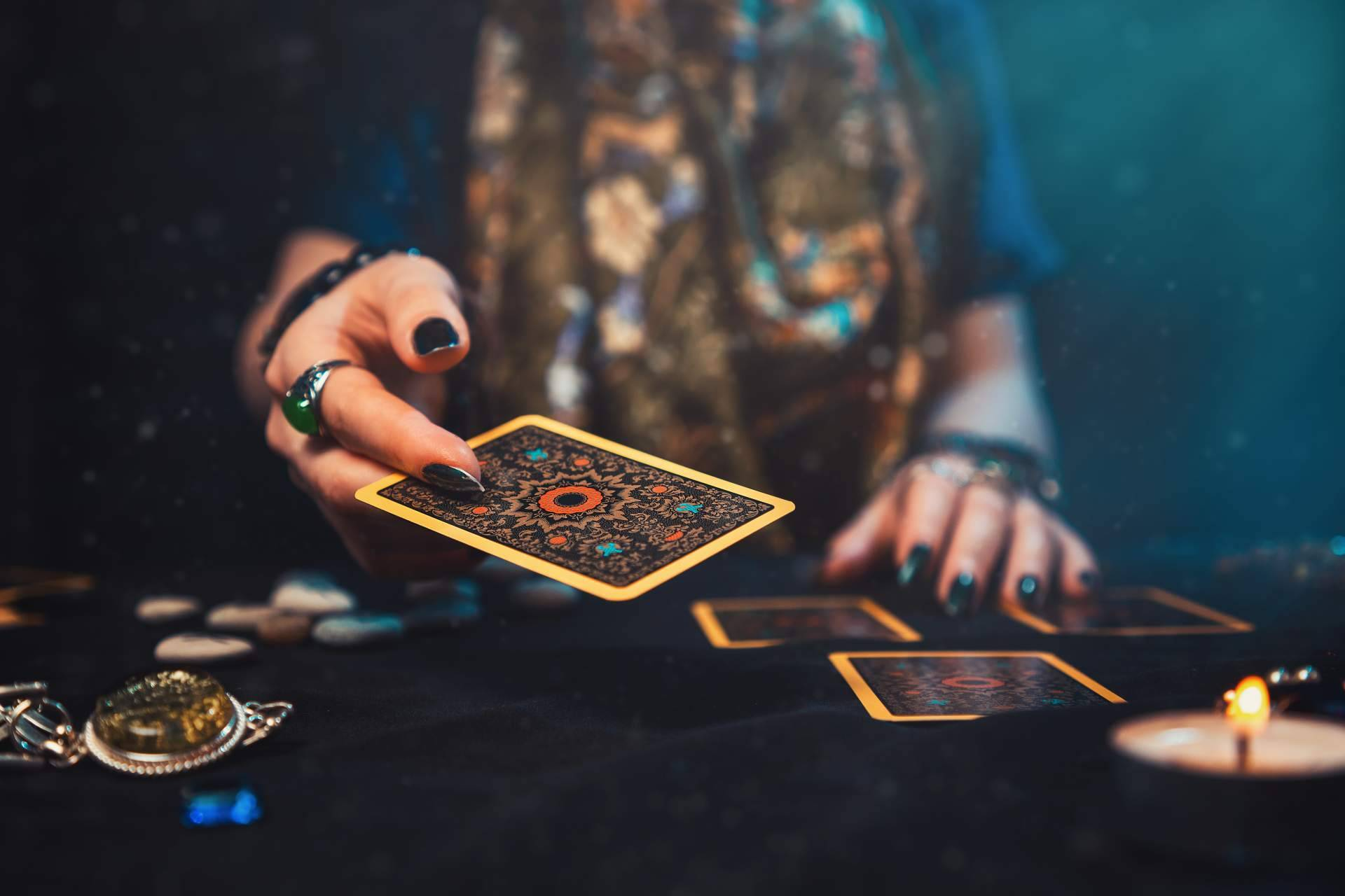 Las predicciones del tarot según los signos zodiacales de la mano de Tarot de Luz María
