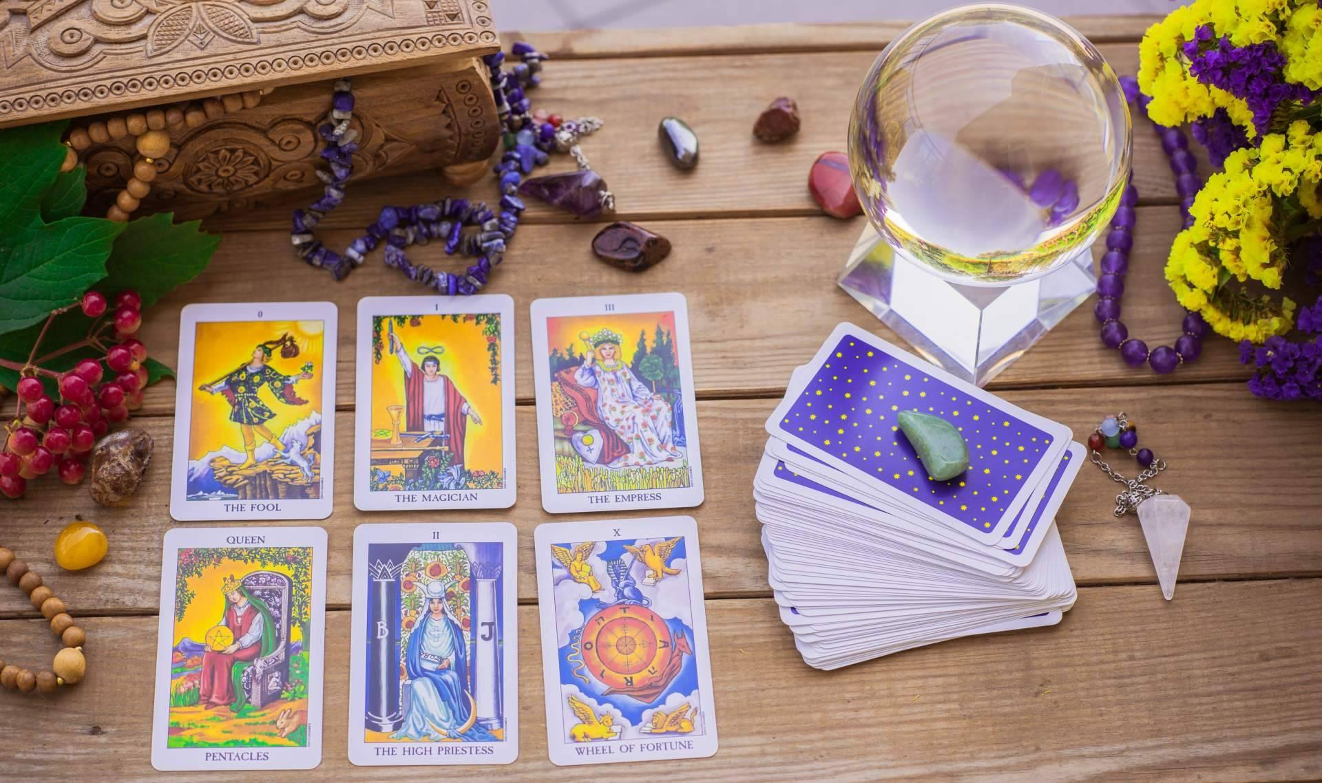 Rosa Sastre realiza la lectura del tarot para encontrar respuestas sinceras